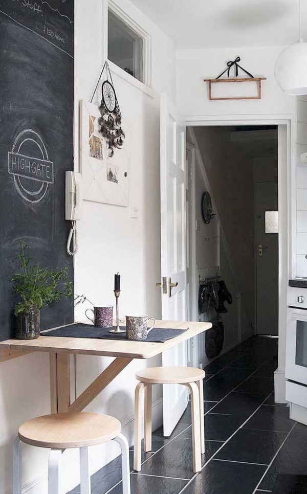 Küchentische an einer schwarzen Tafel