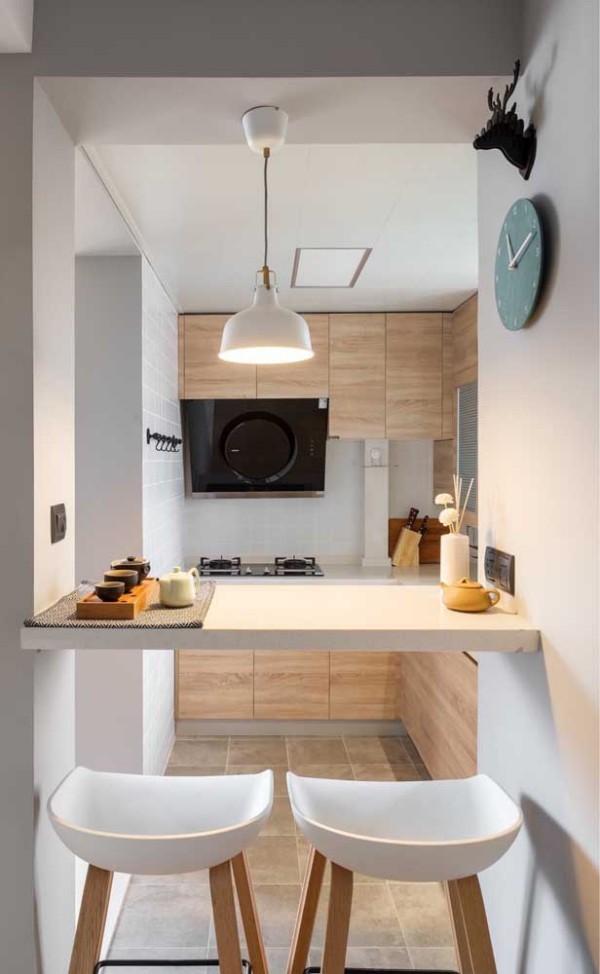 Küchentische auf mittlerer Höhe in einer Küche