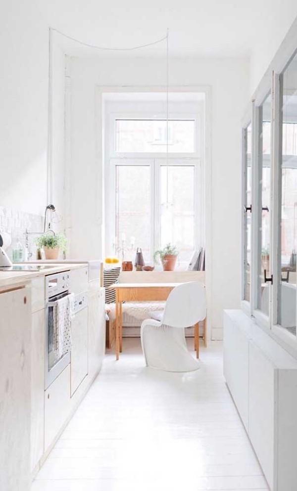 Küchentische in einer weißen Küche