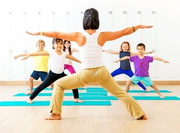 Kinderyoga Übungen Körperhaltung asana Yogaübungen für Kinder