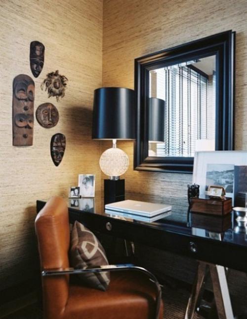 Maskulines Homeoffice Wanddeko Ledersessel schwarzer Schreibtisch schwarze Schreibtischlampe großer Spiegel an der Wand