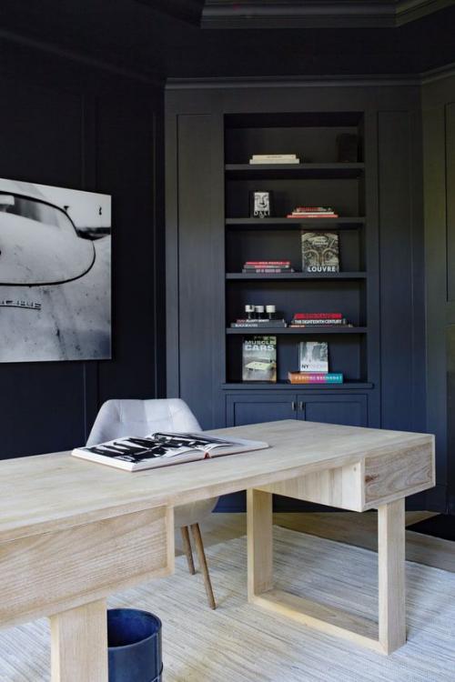 Maskulines Homeoffice elegant eingerichtet Dunkelblau helles Holz im Kontrast
