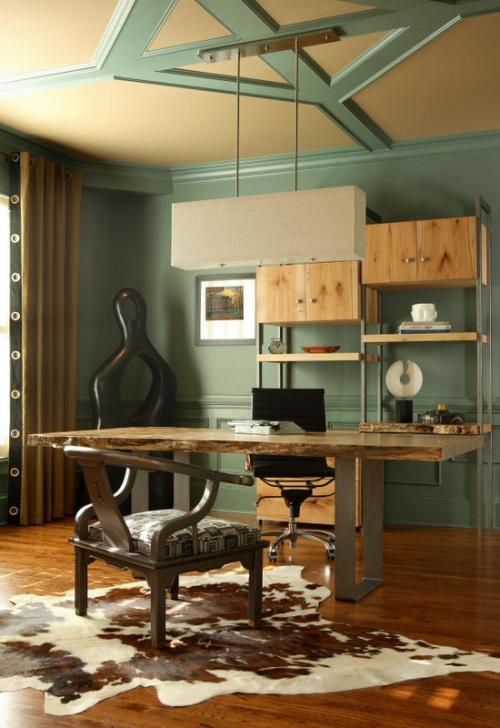Maskulines Homeoffice helles Holz Pastellgrün eleganter Look Wildtierfell auf dem Boden