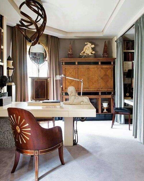 Maskulines Homeoffice klassisch elegant eingerichtet weißer Schreibtisch Statuette Stuhl Schrank aus Holz
