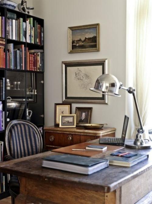 Maskulines Homeoffice klassische Einrichtung Lampe Bilder an der Wand