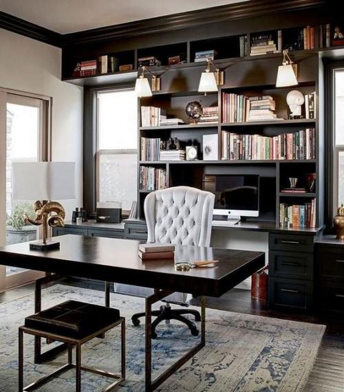 Maskulines Homeoffice stilvolle Einrichtung heller Teppich Schreibtisch weißer Sessel Hocker