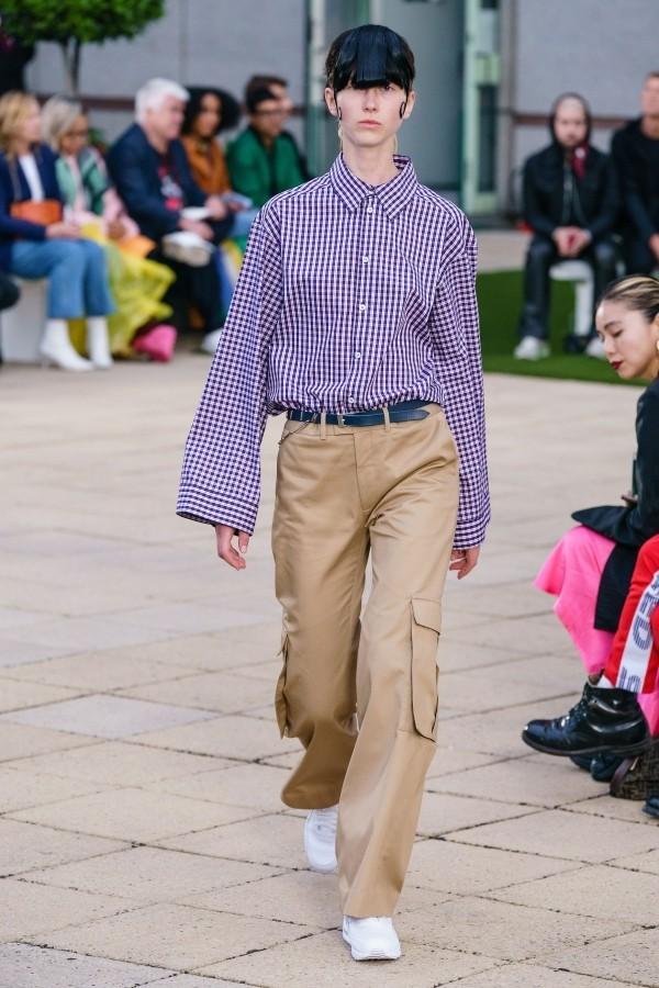 Modetrends - Lila Hemd und braune Hose