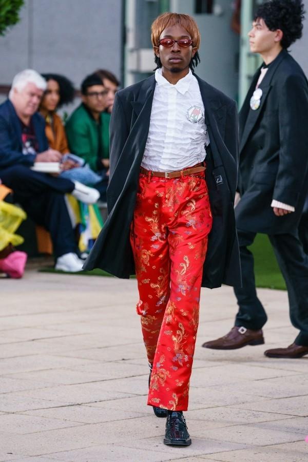 Modetrends - rote Hose mit tollen Mustern