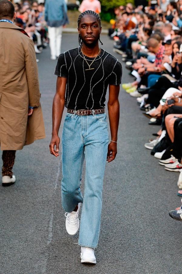 Modetrends - schwarzer T-Shirt und Jeans