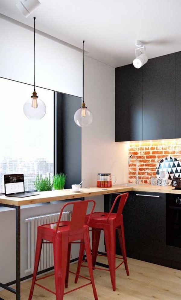 Rote Stühle und tolle Küchentische