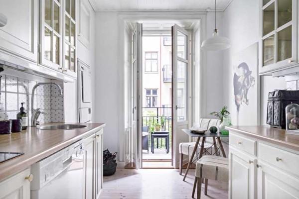 Sehr heller Raum Küchentische