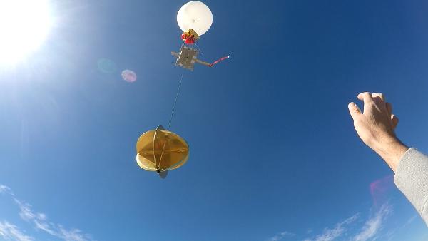 Smartphone übersteht ultimativen Falltest aus erstaunlichen 31.540 Metern wetterballon im weltall freilassen