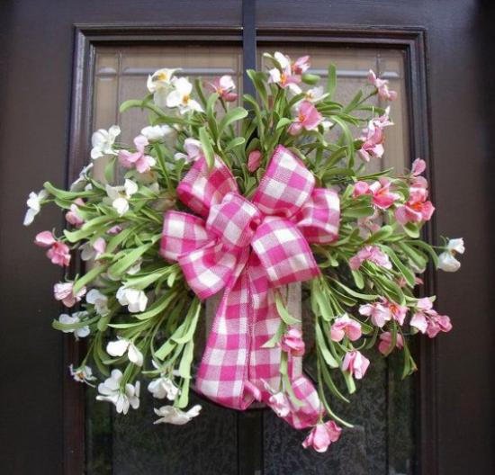 Sommerblumen Deko Ideen Blumendeko Haustür passende Schleife attraktiv