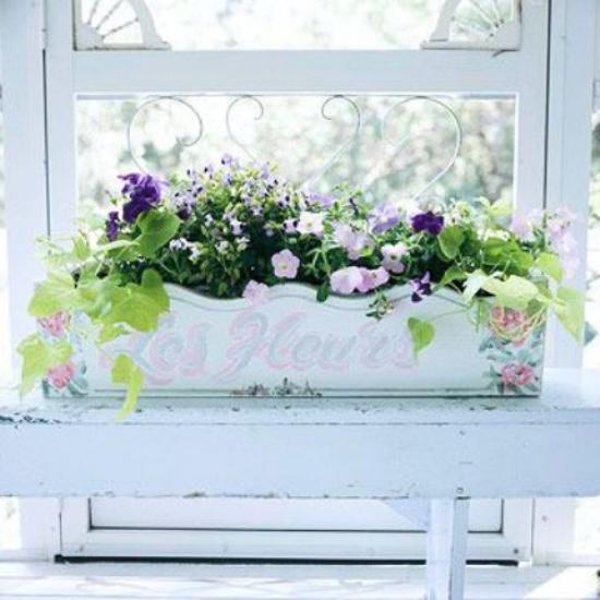 Sommerblumen Deko Ideen Blumenkasten im Vintage-Stil an der Fensterbank zarte Blumen schöner Hausschmuck