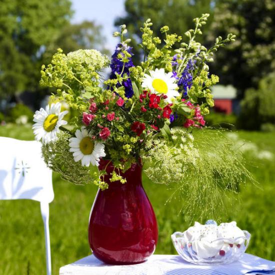 Sommerblumen Deko Ideen Blumenstrauß weiße Margeriten blau-lila Schwertlilien Wildpflanzen schöner Blumenstrauß in Vase