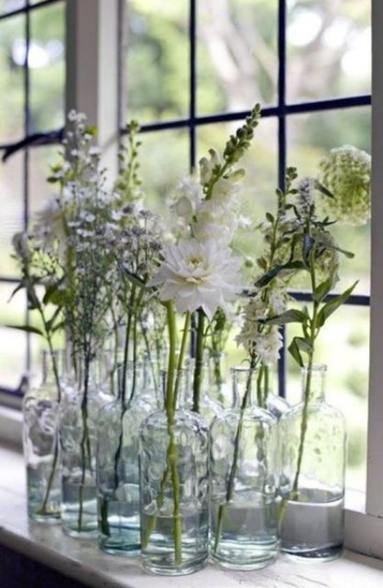 Sommerblumen Deko Ideen Gläser auf der Fensterbank Dahlie andere Blumen