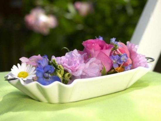 Sommerblumen Deko Ideen Rosen Ranunkeln Margeriten in einer Schale arrangieren
