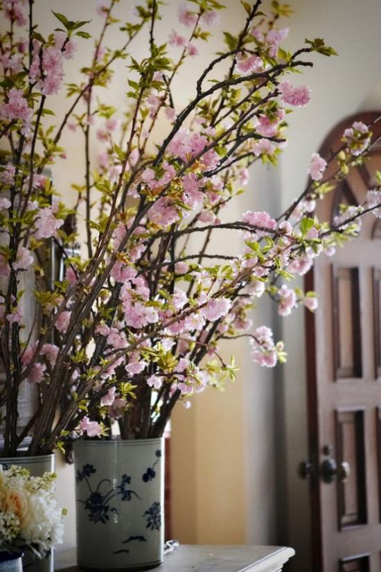 Sommerblumen Deko Ideen blühende Zweige frische Note im Frühling