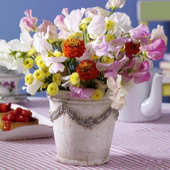 Sommerblumen Deko Ideen bunte Blumen in einem alten Retro Eimer arrangieren