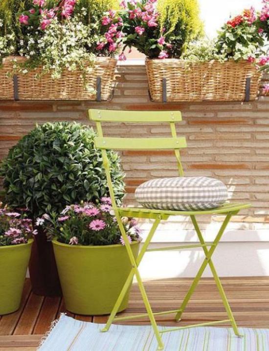 Sommerblumen Deko Ideen den Balkon mit Blumen dekorieren grasgrüne Töpfe Körbe Pflanzgefäße
