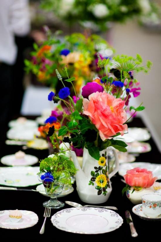 Sommerblumen Deko Ideen den Tisch draußen dekorieren bei speziellen Anlässen