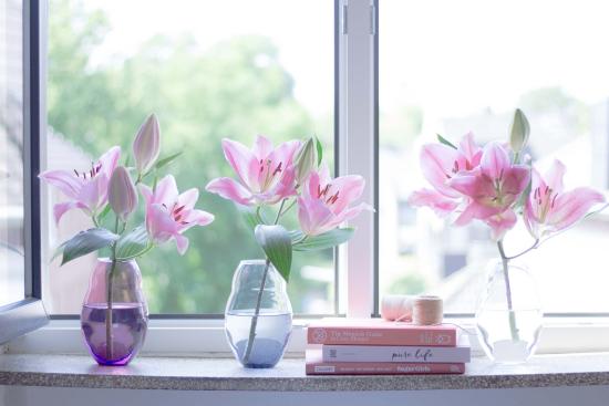 Sommerblumen Deko Ideen drei Vasen mit lila Blumen auf der Fensterbank drinnen