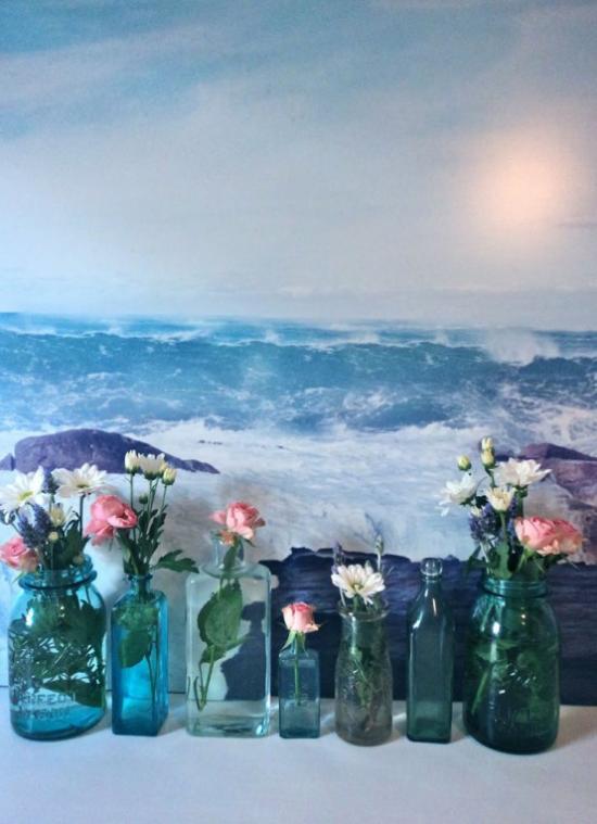 Sommerblumen Deko Ideen drinnen mit bunten Blumen dekorieren