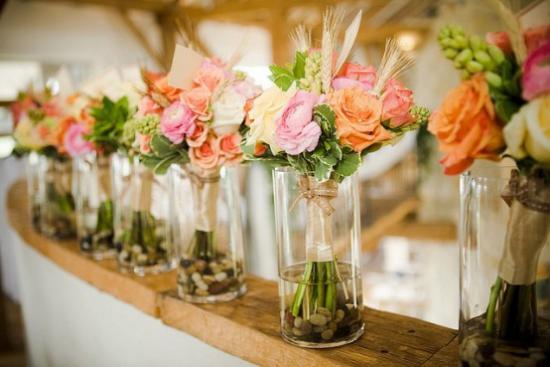 Sommerblumen Deko Ideen schöne Blüten bunte Rosen in Vasen aus Glas