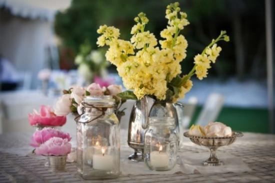 Sommerblumen Deko Ideen weiße Kerzen Tischdeko für ein besonderes Abendessen draußen