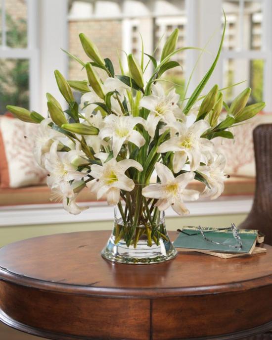 Sommerblumen Deko Ideen weiße Lilien unbeschreiblich schön in Vase auf dem Kaffeetisch
