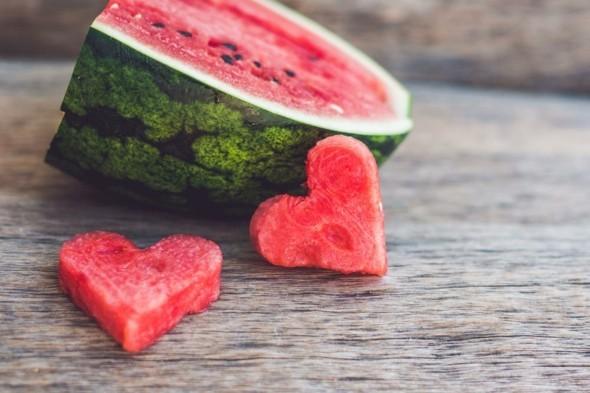 Wassermelone gesund Sommerfrucht Wassermelone schneiden Herzform
