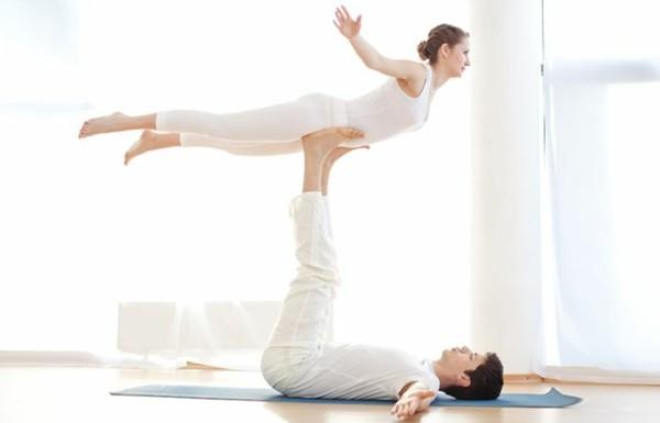 Yoga Übungen zu zweit Akro Yoga vordere Vogelhaltung Front Bird Pose