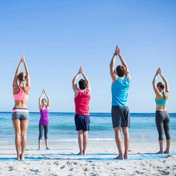 Yoga Sonnengruß Surya Namaskar am Strand