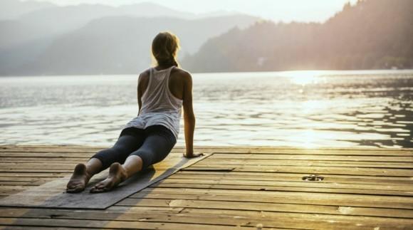 Yoga Sonnengruß Surya Namaskar im Freien