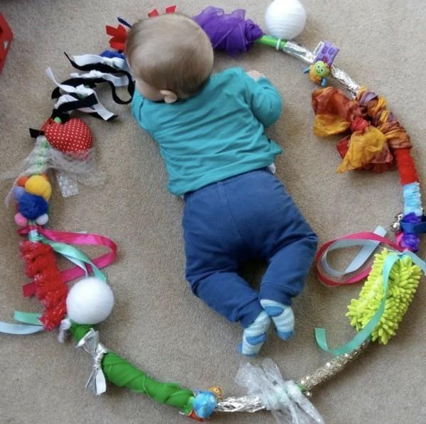 baby spielbogen sensorik hula hoop selber machen
