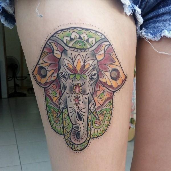 buntes hamsa tattoo mit elefanten schenkel