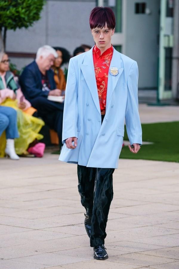 eine lange blaue Jacke Modetrends Martin Rose