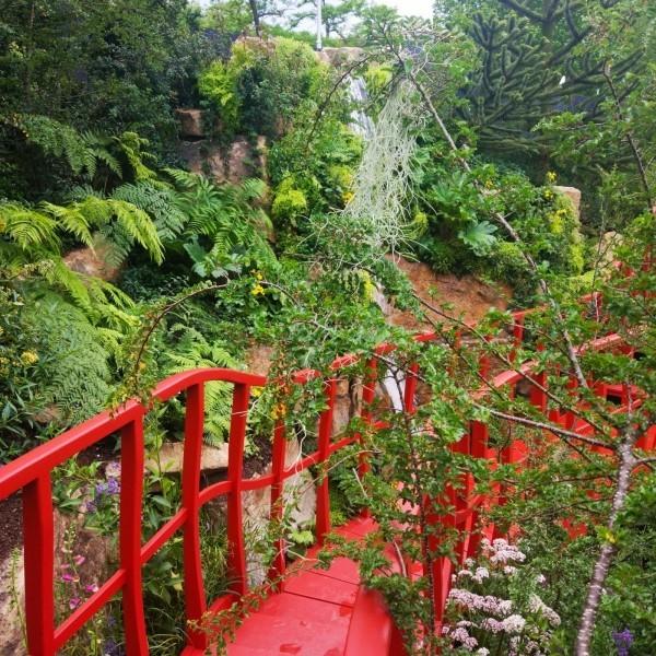 eine rote bruecke Gartengestaltung
