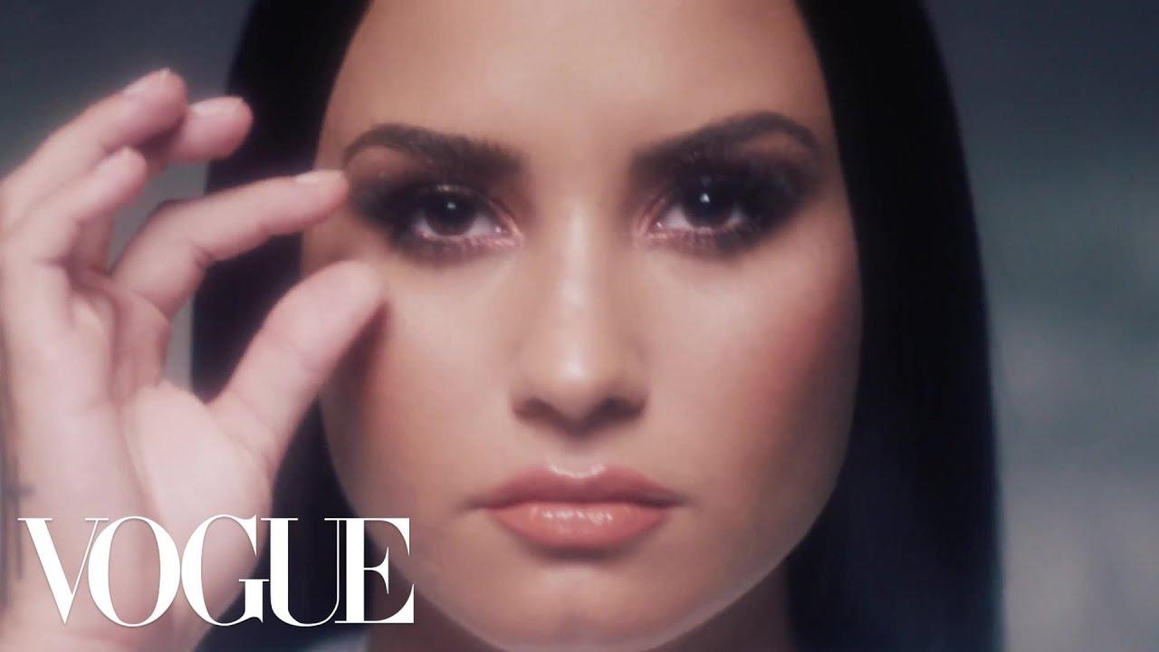 erste seite vogue smoked eyes Demi Lovato