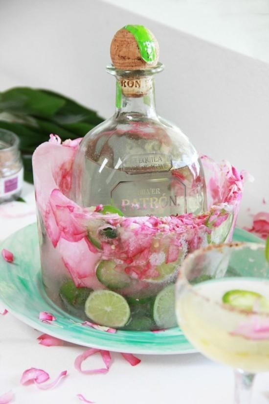flaschenkühler aus eis mit limetten und rosen