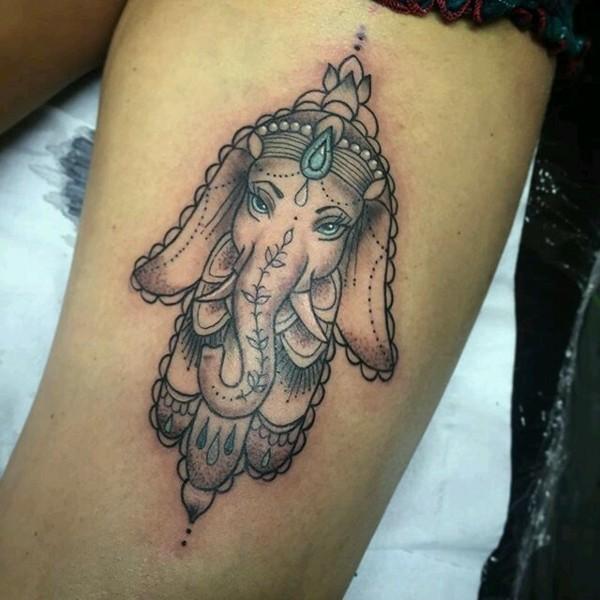 ganesha hamsa tattoo mit blauen augen