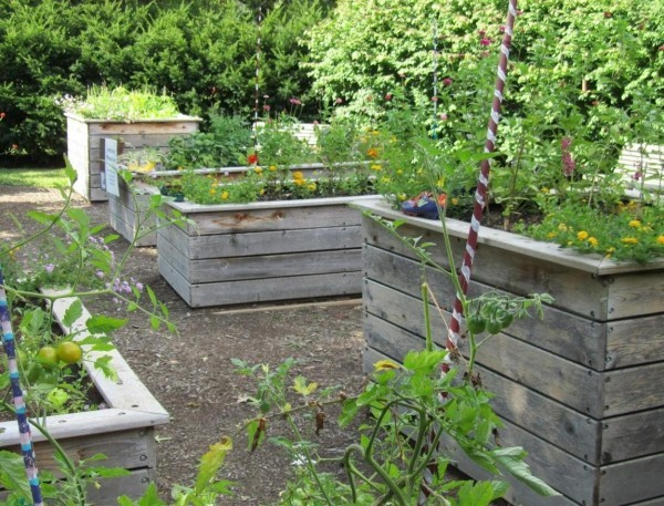 gartengestaltung pflanzenbeete auf unterschiedlicher höhe