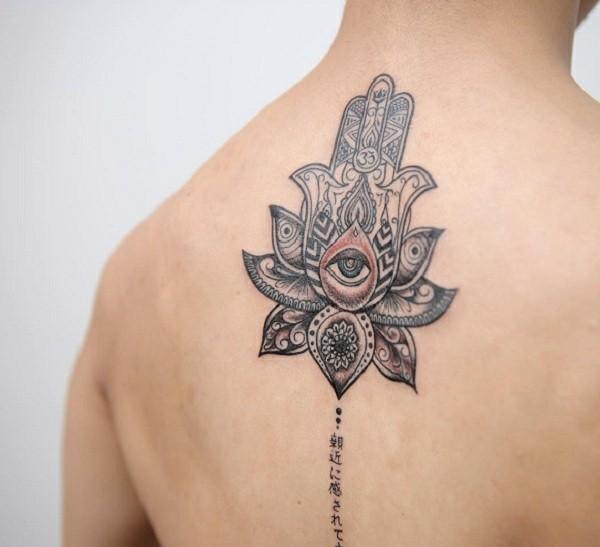 hamsa tattoo mit auge am rücken