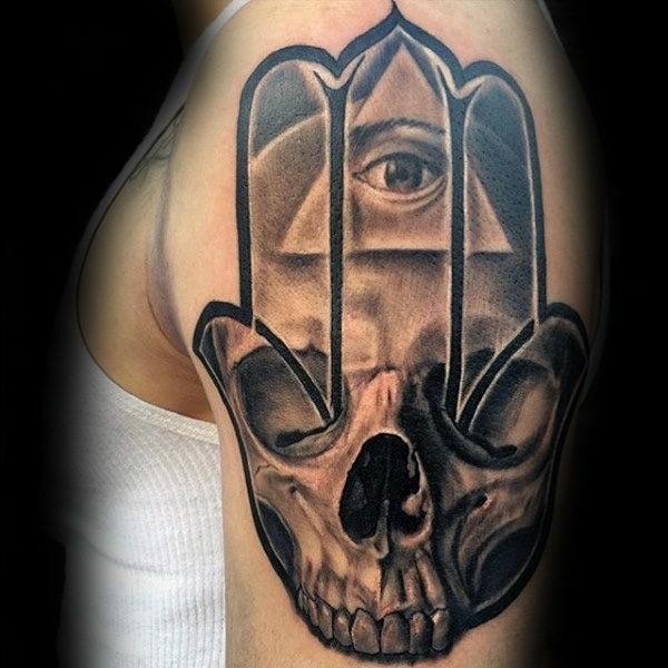 hamsa tattoo mit totenkopf