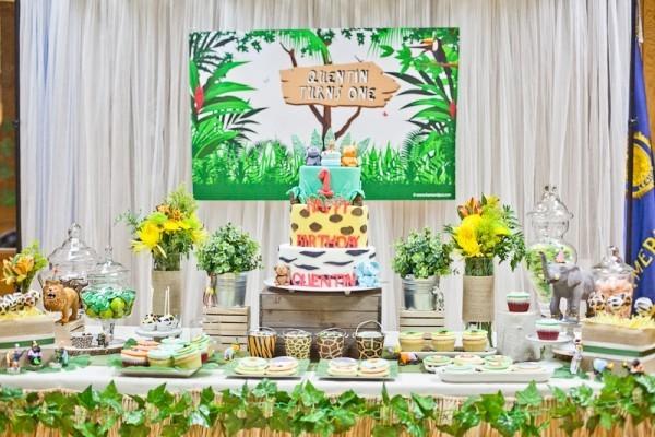 kindergeburtstag torte und süßigkeiten auf mehreren Etaggen