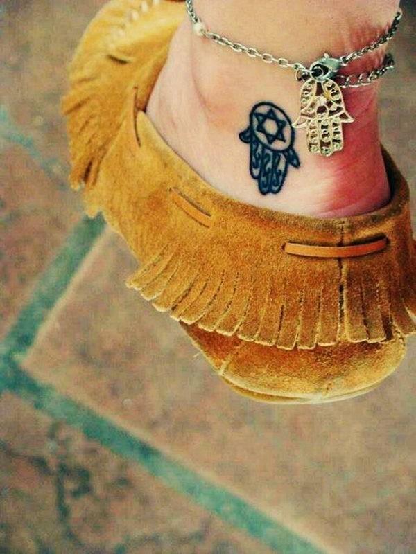 kleines hamsa tattoo am knöchel