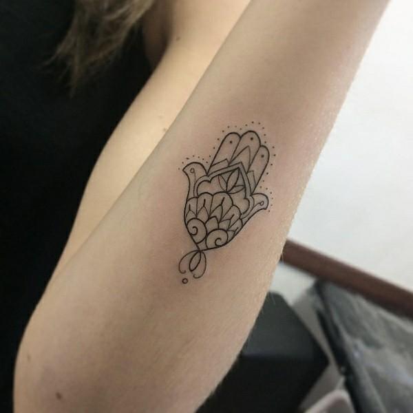 kleines hamsa tattoo für frauen