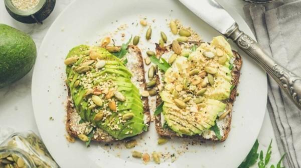 magnesiumhaltige lebensmittel gesundes frühstück mit avocado und nüssen