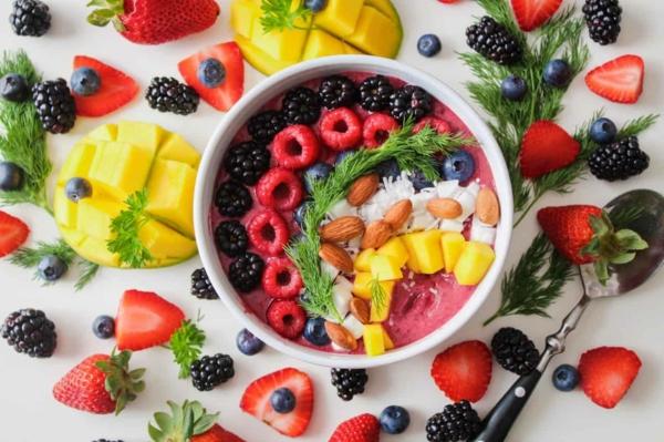 magnesiumhaltige lebensmittel gesundes frühstück obst und yoghurt