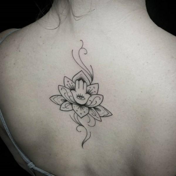 mini hamsa tattoo mit lotus rücken